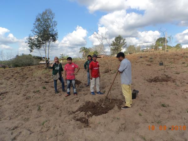 Equipe realiza multirão de plantio de mudas nativas na Aldeia da Lomba do Pinheiro