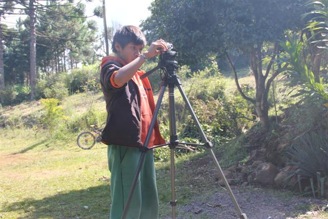 Jovem guarani se destaca como fotógrafo na aldeia Campo Molhado