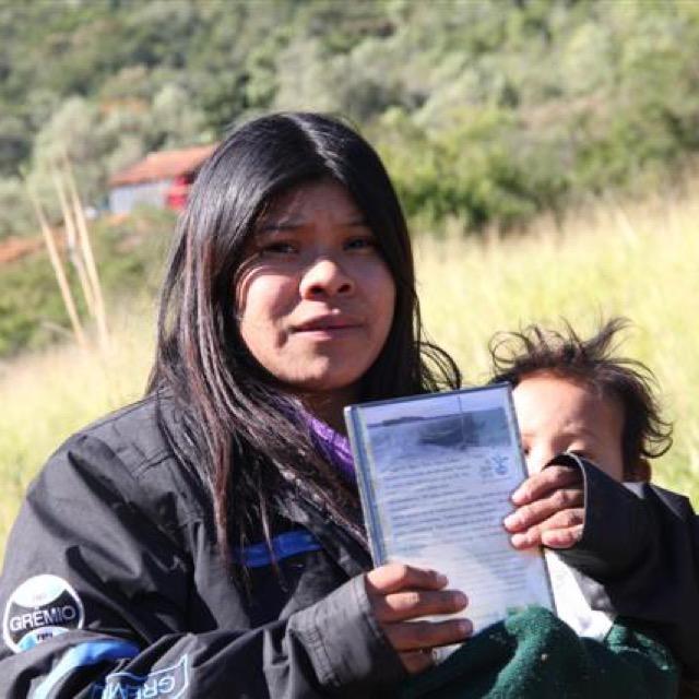 IECAM entrega DVDs do projeto aos guarani