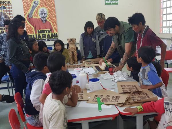 Projeto promove oficina de serigrafia com artista Xadalu na Escola Indígena Anhetenguá